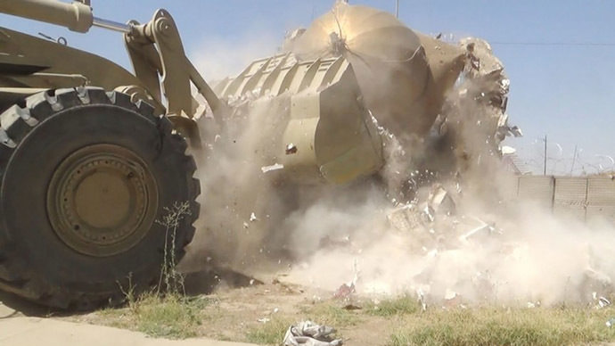 Excavadora destruyendo edificio